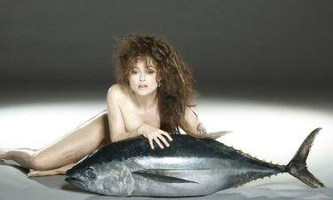 Φωτογραφήθηκε με ένα… ψάρι στα πόδια της