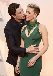 Oscars 2015: Ποιος πασίγνωστος ηθοποιός δεν άφηνε σε ησυχία την Σκάρλετ Γιόχανσον;