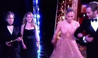 Oscars 2015: Την ματιάσανε την Λόπεζ. Παραλίγο να… πέσει