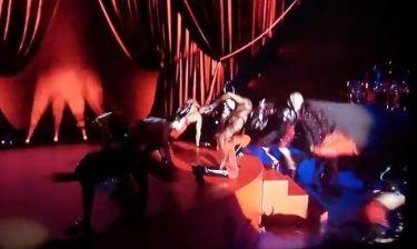Η απίστευτη πτώση της Madonna στη σκηνή των Brit Awards!