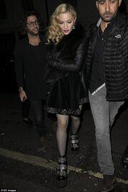 Τίποτα δεν σταματά την Μαντόνα. Μετά την τούμπα στα Brit Awards κυκλοφορεί με… πανύψηλα παπούτσια