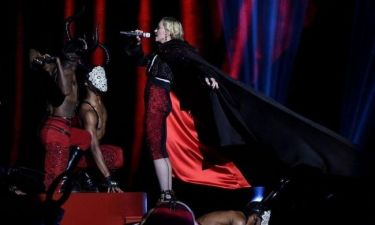 Madonna για το ατύχημα στα Brit Awards: «Ή θα πνιγόμουν ή θα έπεφτα…»