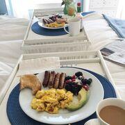 Πρωινό για την ηθοποιό και τον σύζυγό της, ετοίμασαν οι κόρες τους...