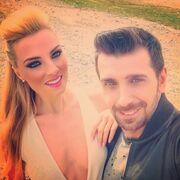 Ποιον Έλληνα τραγουδιστή κρατάει από το χέρι η Τζούλια Νόβα;