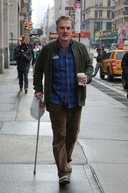 Σοκαριστικό! Ο Mr Big… γέρασε και περπατά με μπαστούνι!