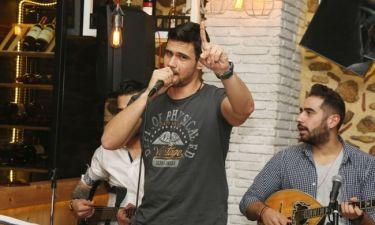 Ο Δημήτρης Ουγγαρέζος σε ρόλο… τραγουδιστή