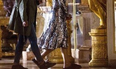 Γνωστή τραγουδίστρια πήγε στο παλάτι των Βερσαλλιών με παντόφλες