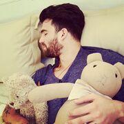 Δείτε τον Αλεξάνδρου να κοιμάται αγκαλιά με … τα αρκουδάκια του