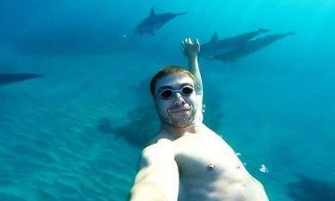 Πώς είναι να κολυμπάς με δεκάδες δελφίνια; (video)