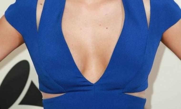 Τραγουδίστρια παραδέχεται πως έκανε πλαστική στήθους  -Δείτε το πριν και το μετά