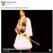 Ρουβάς: Εύχεται «Χρόνια Πολλά» ντυμένος τσολιάς (φωτο)