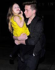 Ο μεγάλος αδερφός με την μικρή Harper Beckham στην αγκαλιά του
