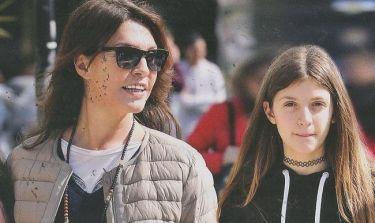 Βάνα Μπάρμπα: Μεσημεριανή βόλτα στη Γλυφάδα με τη κόρη της