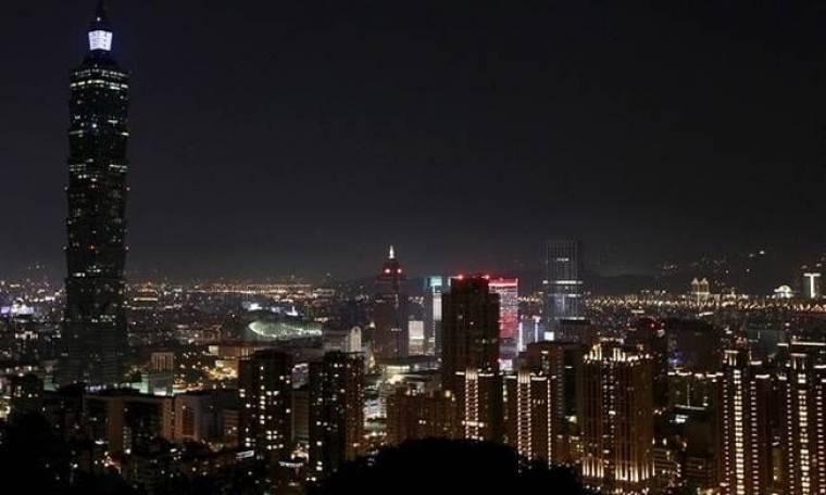 Η «ώρα της γης» έφτασε: Στο σκοτάδι 7000 πόλεις (video)