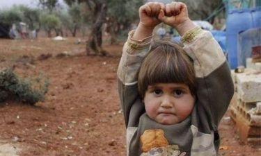 Συγκλονιστικό: Παιδάκι από την Συρία σηκώνει τα χέρια στο φακό γιατί νομίζει ότι είναι όπλο