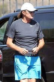 Bruce Jenner: Έβαλε στήθος και κυκλοφορεί με σουτιέν