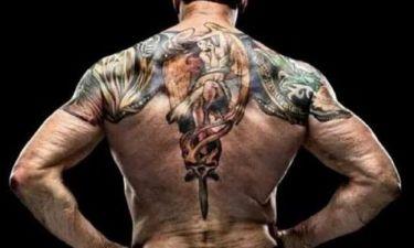 Είναι 69 και έχει αυτό το τατουάζ στην πλάτη!