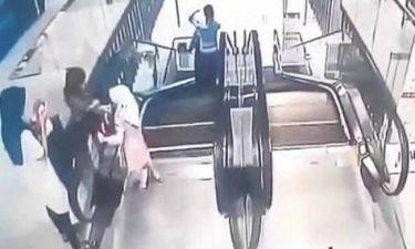 Σοκαριστικό βίντεο: Κοριτσάκι παρασύρθηκε από κυλιόμενες σκάλες και έπεσε στο κενό