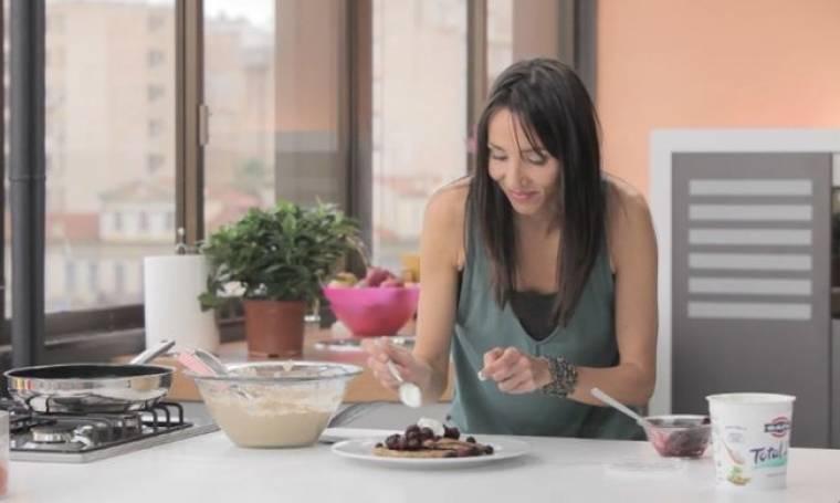 «Sweet & Skinny»: Η Μαρίσα ετοιμάζει pancakes βατόμουρου και granola μπάρες δημητριακών με ταχίνι