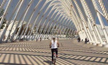 Ποια είναι η επώνυμη κυρία που απολαμβάνει την ποδηλατάδα της;