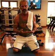 Πέτρος Κωστόπουλος: Γύμνασε τα μπράτσα του αντί τα σαγόνια του!