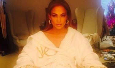 Jennifer Lopez: Ποζάρει φορώντας μόνο το μπουρνούζι της