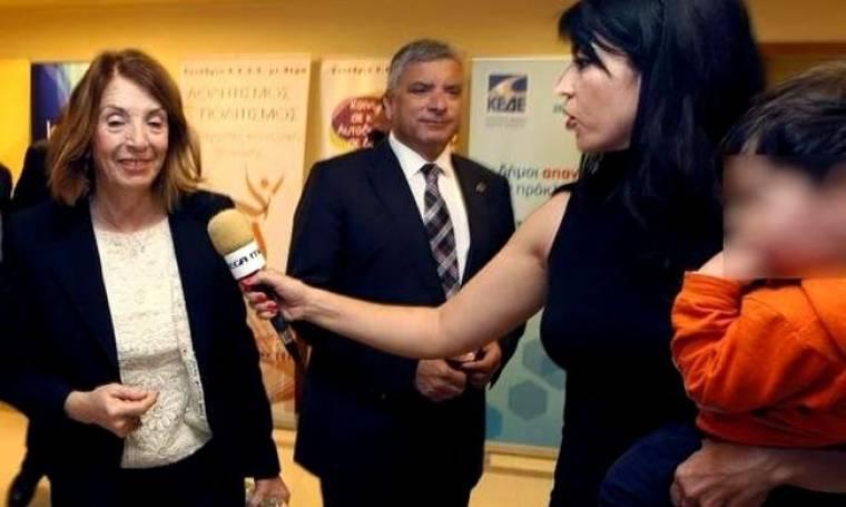 Η συγκινητική στιγμή που δημοσιογράφος του Mega έκανε ρεπορτάζ με το παιδί της στην αγκαλιά