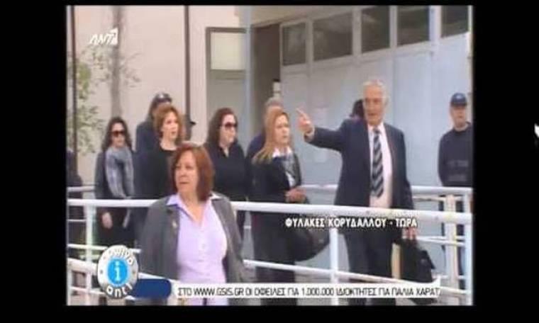 Δίκη Χρυσής Αυγής: Έφτασαν οι γονείς του Παύλου Φύσσα (video)