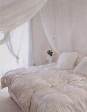 Η Κορινθίου, ο Αϊβάζης και το κρεβάτι – κουνουπιέρα
