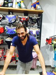Ο Τεό Θεοδωρίδης επιλέγει ρούχα