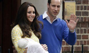 Kate Middleton-Πρίγκιπας Γουίλιαμ: Βγήκαν από το μαιευτήριο με την κόρη τους (φωτο)