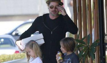 Ο Brad Pitt είναι ο πιο cool μπαμπάς: Δείτε τον σε χαλαρή βόλτα με τα δίδυμα παιδιά του!