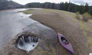 Μοναδικό: Η λίμνη που αδειάζει ξαφνικά κάθε χρόνο! (Video)