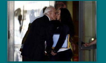 Τσοχατζόπουλος - Σταμάτη: Φιλήθηκαν στο στόμα με τις χειροπέδες στα χέρια