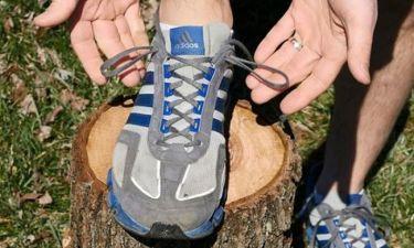 Αυτό είναι το κόλπο για να δέσετε σωστά τα αθλητικά παπούτσια και να μη λυθούν τα κορδόνια! (βίντεο)