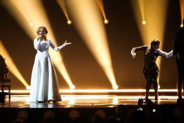 Eurovision 2015: Η τραγουδίστρια από την Σλοβενία δεν αποχωρίστηκε τ' ακουστικά της