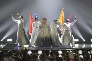 Eurovision 2015: Σερβία: Η «βασίλισσα» της βραδιάς με τις πολύχρωμες σημαίες