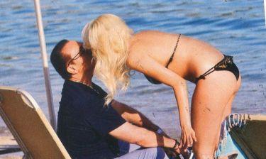 Λευτέρης Πανταζής: Σε τρυφερά τετ-ατ-ετ με την σύντροφό του στην παραλία