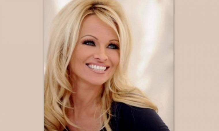 Λίγο τα μαλλιά, λίγο το μακιγιάζ και η Pamela Anderson δείχνει πιο chic από ποτέ!