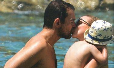 Στιγμές ευτυχίας: Το φιλί των παντρεμένων στον Πόρο
