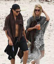 «Καυτά» φιλιά στην άμμο με τον κατά 13 χρόνια μικρότερο σύντροφό της