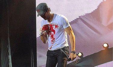 Enrique Iglesias: Στο χειρουργείο μετά το ατύχημα στη συναυλία του