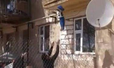 Το βίντεο που εξόργισε το Facebook: Πέταξε το μωρό από το μπαλκόνι!