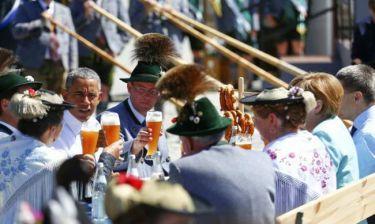 Μπύρες, πρέτζελ και... ασπασμοί για Ομπάμα-Μέρκελ στη Σύνοδο G7 (photos)