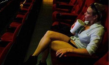 Θα μας τρελάνει; Η star πήγε σινεμά φορώντας μόνο... το εσώρουχό της