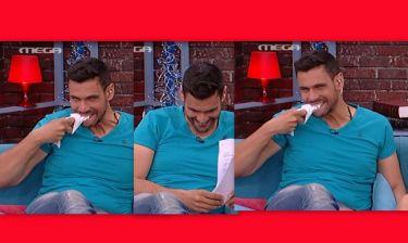 Απίστευτο! Δημήτρης Ουγγαρέζος: «Του γύρισε το μάτι» on air και άρχισε να τρώει το χαρτί!