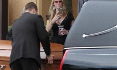 Ντροπή! Τηλεπερσόνα πήγε στη κηδεία της κόρης της με ντεκολτέ και κρατώντας το ποτό στο χέρι