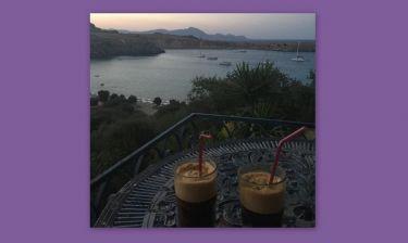 Καφές για δύο στο μπαλκόνι με θέα τη Ρόδο