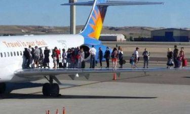 Απίστευτη φωτογραφία: Ανέβηκαν στο φτερό του αεροπλάνου για... ασφάλεια