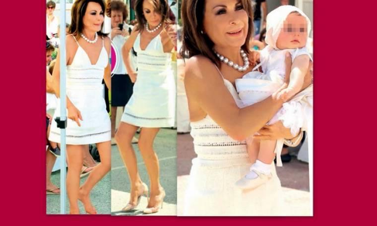 Η ξυπόλυτη Γιάννα Αγγελοπούλου και το πεντοζάλη της στη βάφτιση της εγγονής της
